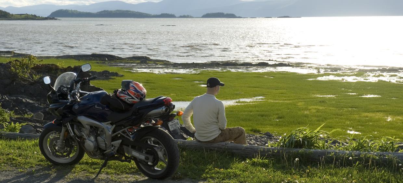 homme et sa moto sur le bord du fleuve, Chaudière-Appalaches
